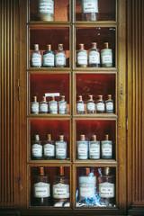 Flacons dans l'apothicairerie des hospices de Beaune, France