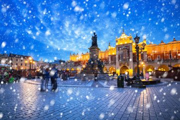 Autocollant pour porte Cracovie Old town of Krakow on a cold winter night with falling snow, Poland