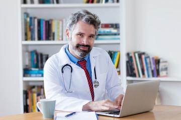 Sympathischer Hausarzt am Computer