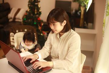 パソコンを使う母親