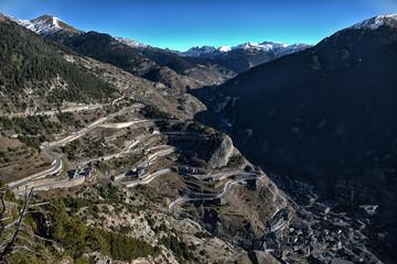 Vista de las montañas nevadas de los pirineos en Andorra.