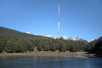 Antena de radio en un lago de montaña. En Andorra al sud de europa. Montañas de los pirineos.