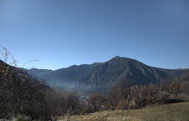 Paisaje montañoso en Andorra. Montañas de los pirineos.