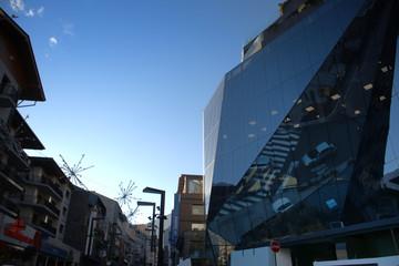 Fachada de un edificia de cristal en Andorra la Vella.