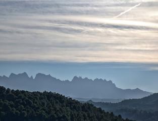 Paisaje con la silueta de la montaña de Montserrat en Cataluña