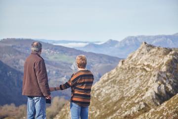 pareja de jubilados disfrutando de ruta de  senderismo por asturias