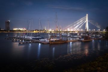 Vanšu-Brücke in Riga zur Blauen Stunde.jpg