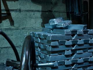 Gestapelte Silber Barren in Giesserei Werkstatt