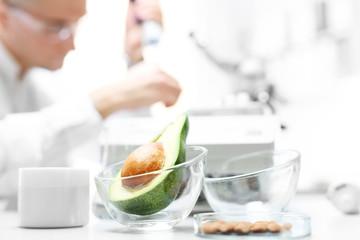 Mikroskop, badanie jedzenia. Biotechnolog analizuje skład pobranej próbki.