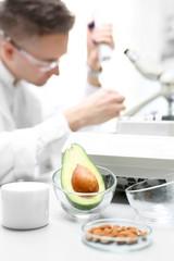 Biotechnologia i badanie jedzenia w laboratorium. Biotechnolog analizuje skład pobranej próbki.