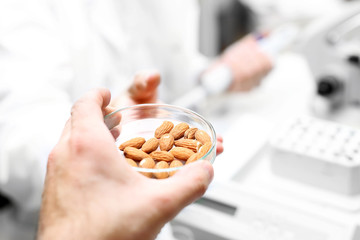 Żywność genetycznie modyfikowana. Badanie żywności w laboratorium.
