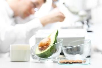 Laboratorium badanie mikrobiologiczne żywności. Biotechnolog analizuje skład pobranej próbki.