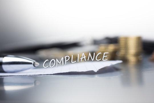 Compliance auf einem Zettel im Büro