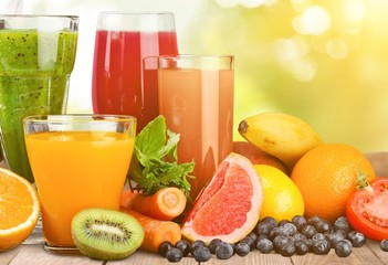 Poster de jardin Jus, Sirop Fresh ripe healthy fruits and juices in glasses