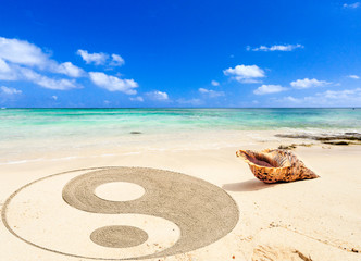 coquillage et symbole yin yang sur plage de l'île Maurice