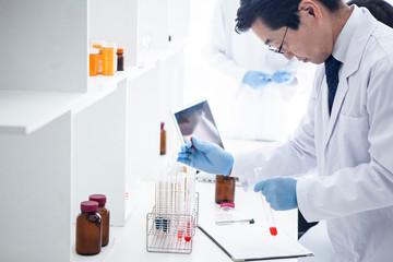 試験管を用いて研究を行う科学者