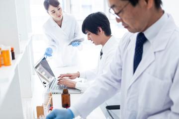研究室で実験の記録をとる研究員