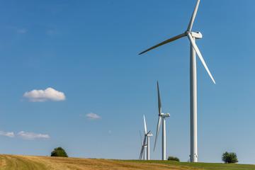 Champ d'éoliennes dans le paysage dans la campagne en Alsace France