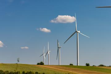 Champ d'éoliennes en France sur un champ dans la campagne en Alsace sur fond de ciel bleu