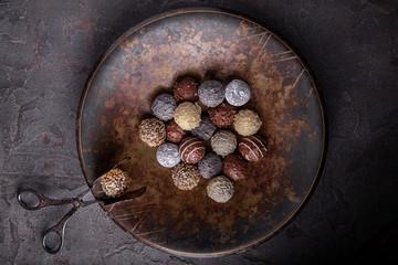 шоколадные  конфеты ручной работы в большом блюде