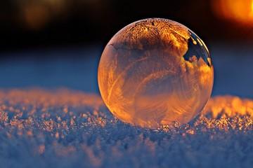 Kugel im Schnee beleuchtet