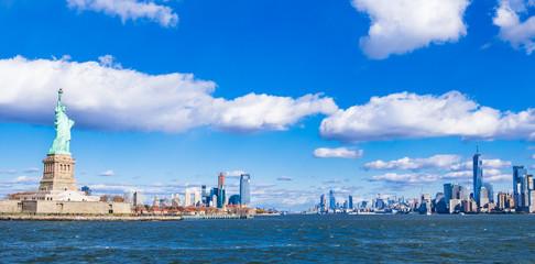 ニューヨーク 自由の女神とマンハッタンの摩天楼 ワイド