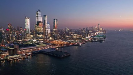 Fotomurales - Aerial drone footage of New York skyline at dusk with camera rotation in front of midtown Manhattan skyscrapers