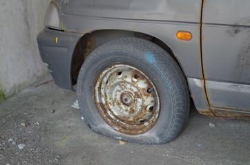 廃車のタイヤ