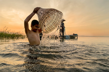 How to find ancient fish using fish traps and people live happily.