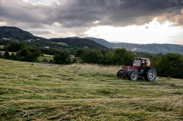 agricoltura trattore al lavoro