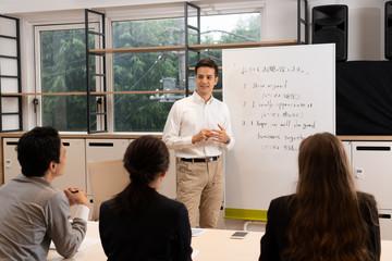 語学学校に通う男性と女性