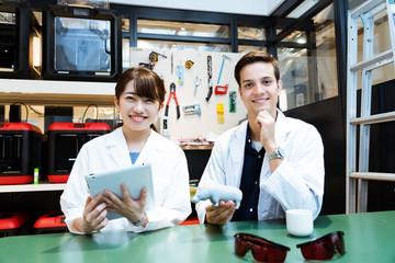 研究室で作業をする研究者