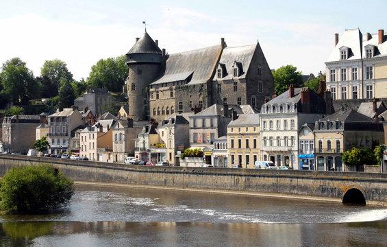 Ville de Laval, le château vieux (donjon du XIIe siècle) surplombe la ville et la Mayenne, département de la Mayenne, France