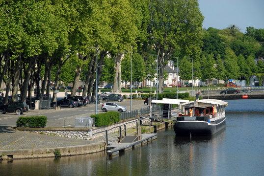 Ville de Laval, péniche amarrée sur les bords aménagés de la Mayenne, département de la Mayenne, France