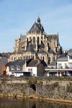 Ville de Mayenne, basilique Notre-Dame et la Mayenne, département de la Mayenne, France