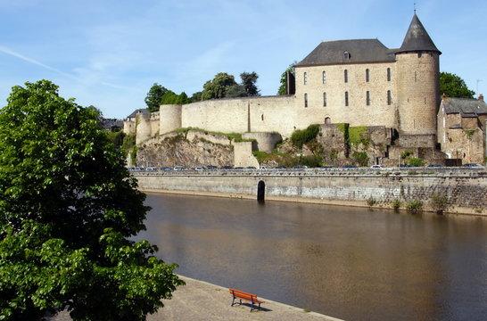 Ville de Mayenne, le château surplombe la ville et la Mayenne, département de la Mayenne, France