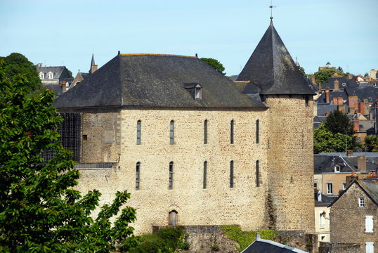 Ville de Mayenne, le vieux château surplombe la ville, département de la Mayenne, France