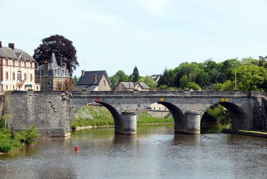 Ville de Mayenne, le pont vieux enjambe la Mayenne, département de la Mayenne, France