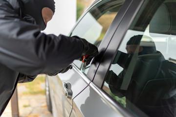 Autodiebstahl, Einbrecher am Fahrzeug