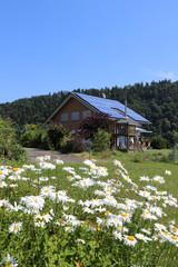 Neue Solaranlage am hübschen Haus macht Strom aus der Sonne
