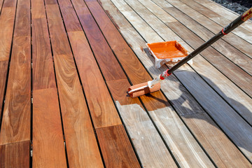 passage du saturateur sur terrasse en bois exotique Fotobehang