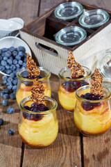 Cheesecake im Glas hochformat