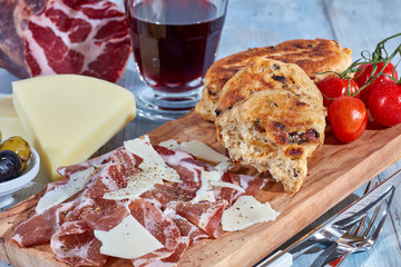 Coppa mit Pfannenbrot und Rotwein