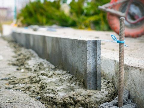 Installation of a sidewalk curb by level