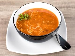 soupe aux légumes et vermicelle dans le bol