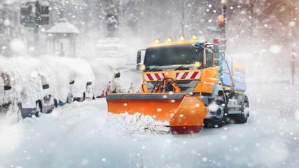 Professioneller Schneepflug in der Stadt
