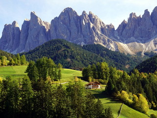 Keuken foto achterwand Alpen Beautiful view of idyllic mountain scenery in The Dolomites, Santa Maddalena village and Odle Mountains. South Tyrol, Italy