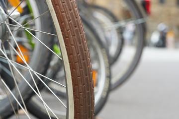 Fahrräder in einem Fahrradständer in der Innenstadt von Leipzig