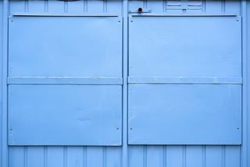 blaue Fensterläden aus Metall an einem Haus