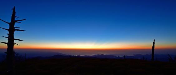 大台ケ原山正木峠から見る熊野灘の夜明け前情景